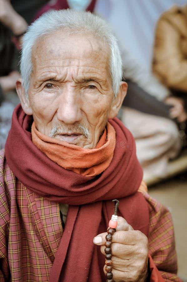 Oude mens met rozentuin in Bihar stock fotografie