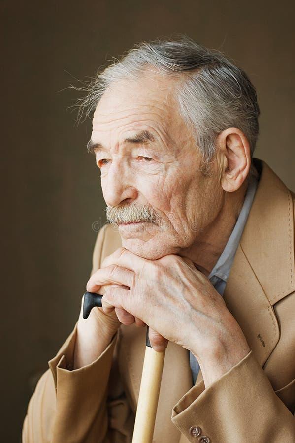 Oude mens met snorren stock fotografie