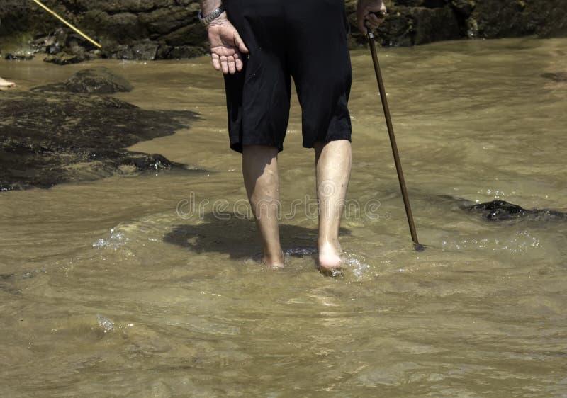 Oude mens met strandriet royalty-vrije stock afbeeldingen