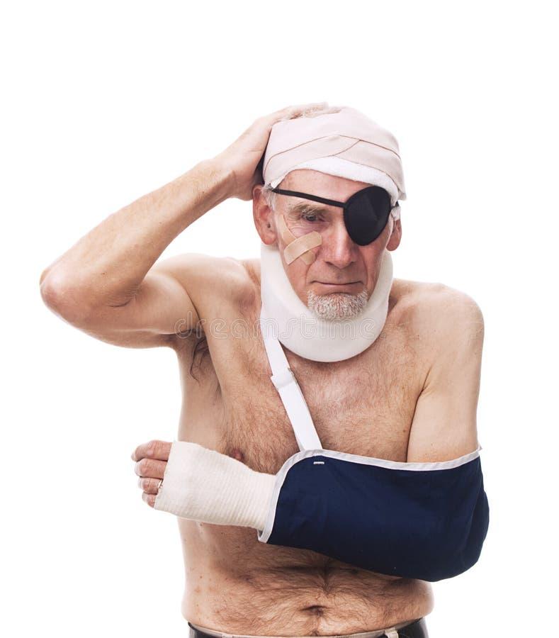 Oude mens met veelvoudige verwondingen royalty-vrije stock foto's
