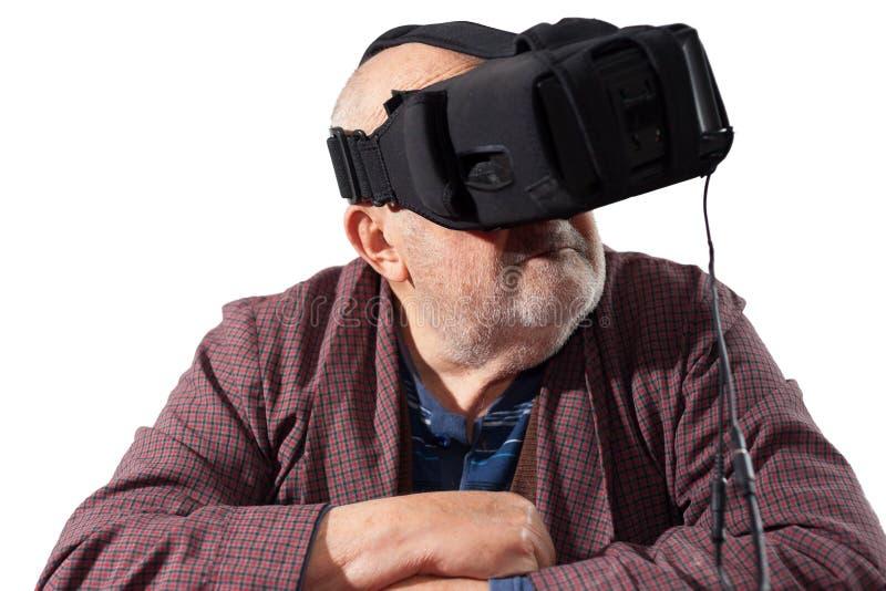 Oude mens met virtuele werkelijkheidsbeschermende brillen die op wit wordt geïsoleerd stock fotografie