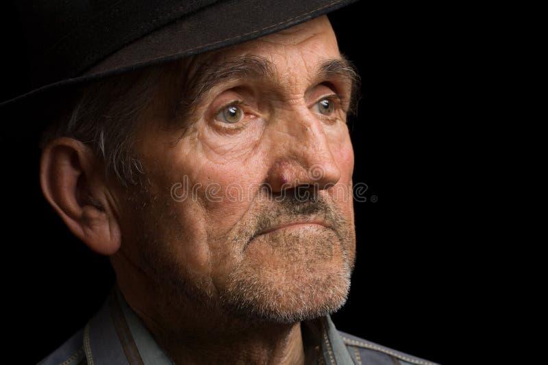 Oude mens met zwarte hoed stock afbeelding