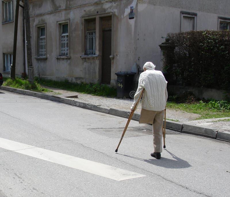 Oude mens op de straat royalty-vrije stock foto