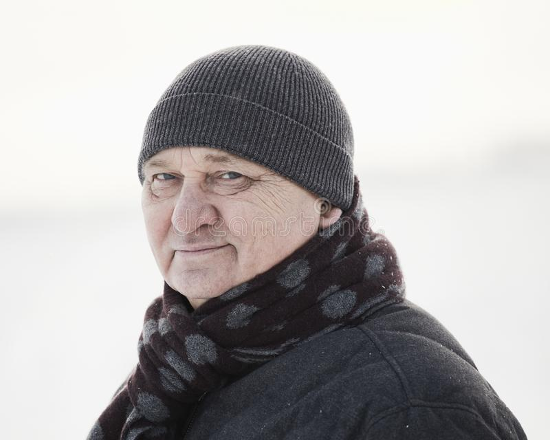 Oude mens op de wintergebied royalty-vrije stock foto