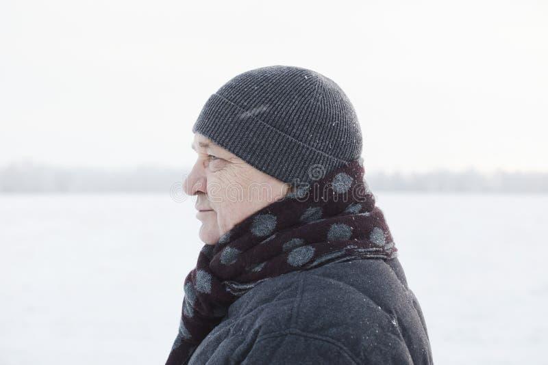 Oude mens op de wintergebied royalty-vrije stock foto's