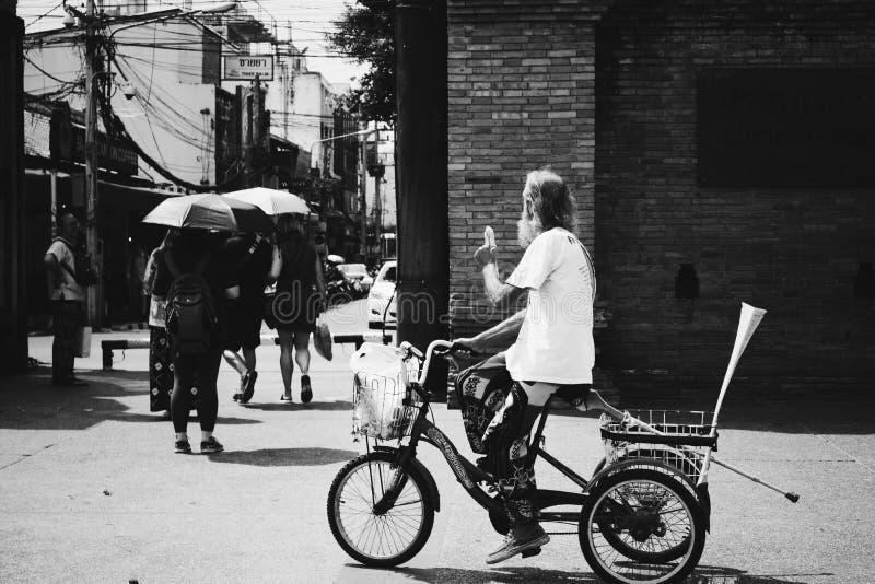 Oude mens op een driewieler royalty-vrije stock foto
