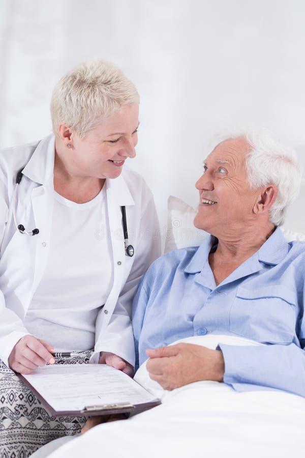 Oude mens tijdens het ziekenhuisbehandeling stock foto