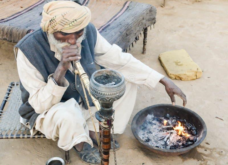 Oude mens in traditionele kledij in Indisch dorp