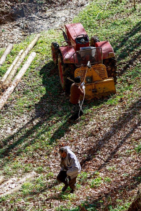 oude mens twee die met een tractor werken royalty-vrije stock afbeeldingen