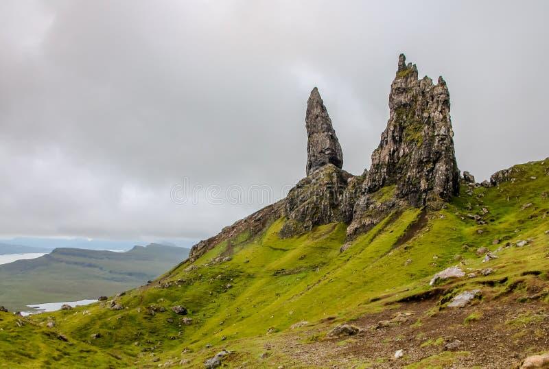 Oude Mens van Storr, Eiland van Skye, Schotland, op een bewolkte de zomerdag stock afbeelding
