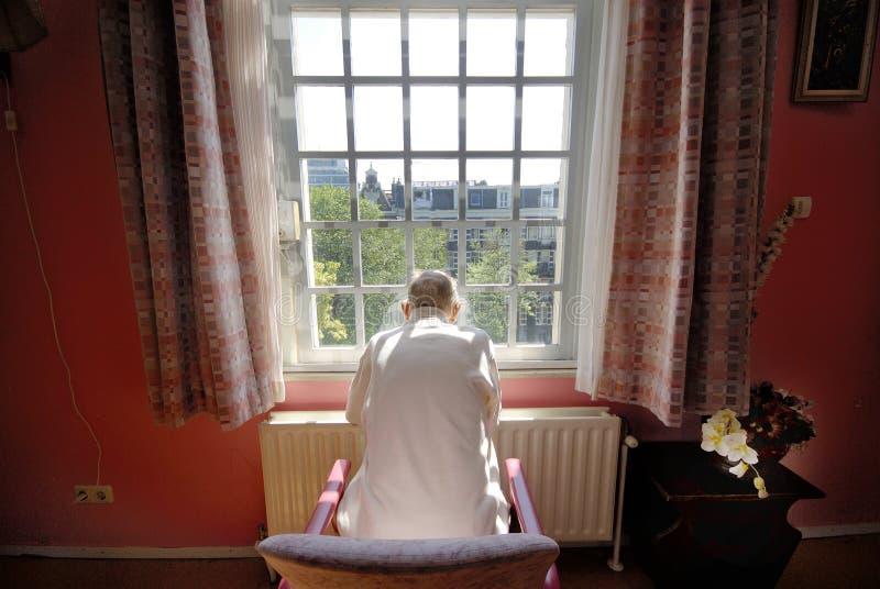 Oude mens in verpleeghuis royalty-vrije stock afbeeldingen