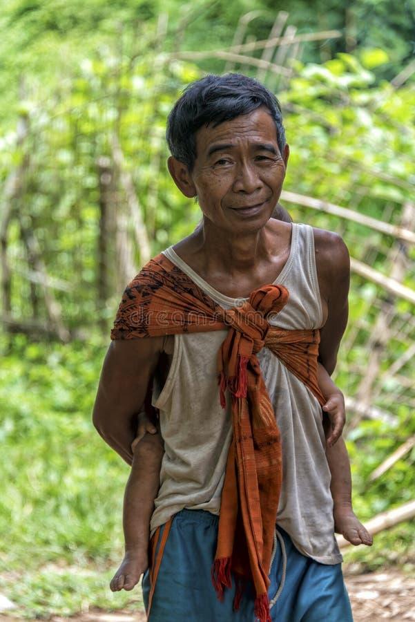 Oude mens in wildernis van Laos stock afbeelding