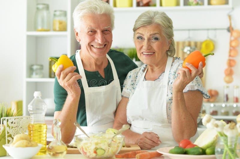 Oude mensen in de keuken stock afbeeldingen