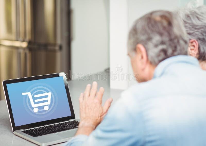 Oude mensen die laptop met het Winkelen karretjepictogram met behulp van stock afbeelding