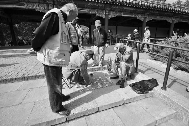 Oude mensen die schaak in een park spelen stock fotografie