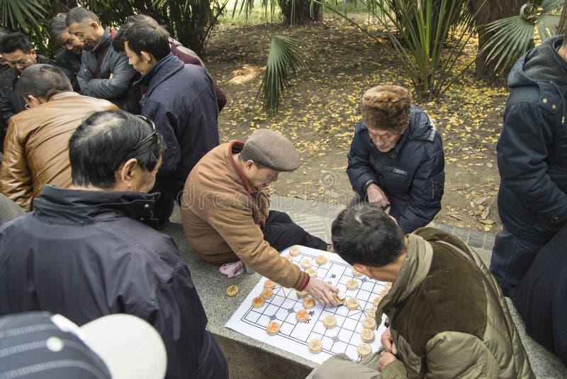 Oude mensen die schaak in het park spelen, chengdu, China royalty-vrije stock foto's