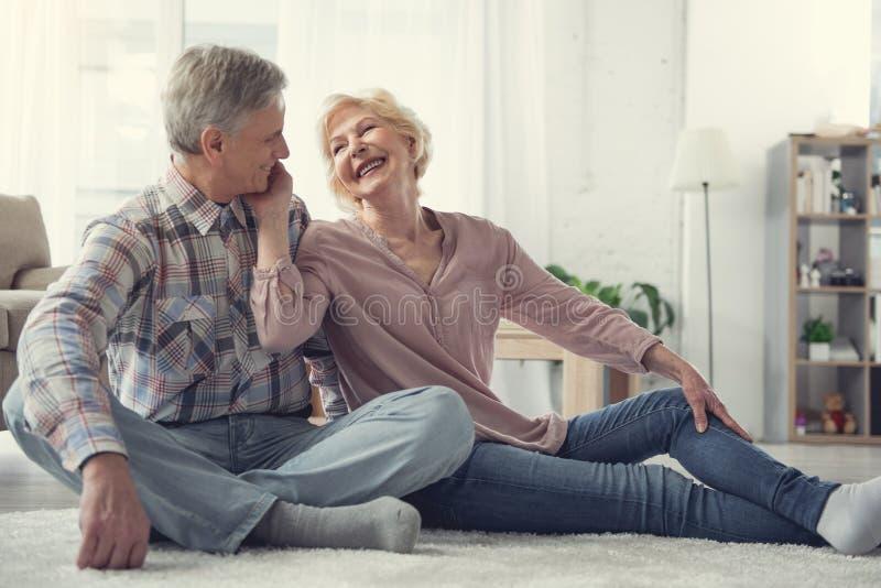 Oude mensen die van elkaar houden stock fotografie