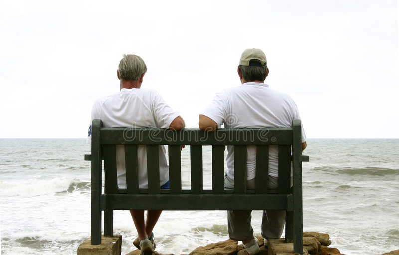Oude mensen en het overzees stock fotografie