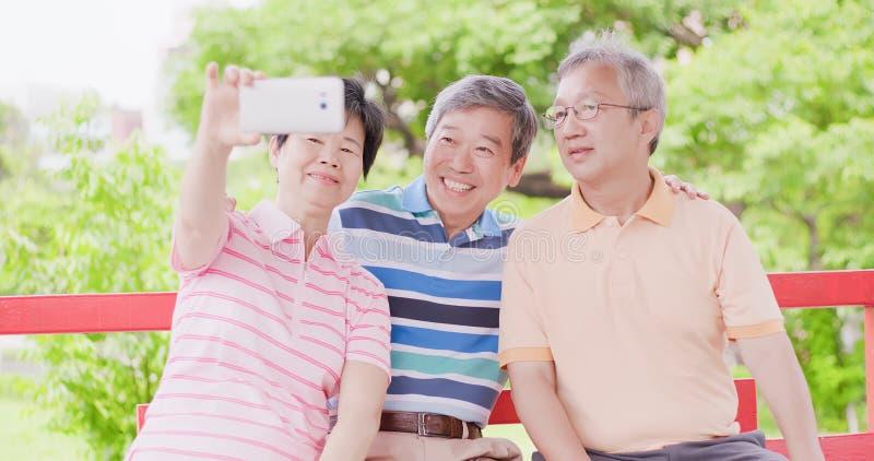 Oude mensen selfie gelukkig stock fotografie