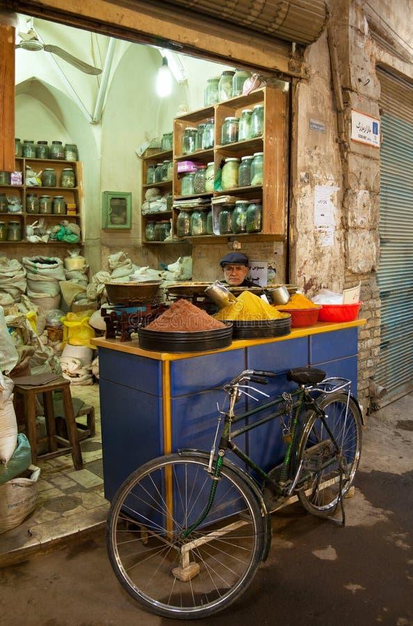 Oude Mensen Verkopende Kruiden in Traditionele Grote Bazaar van Teheran stock afbeeldingen