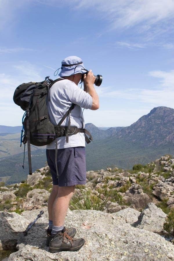 Oude mensenfotograaf op bergbovenkant royalty-vrije stock foto