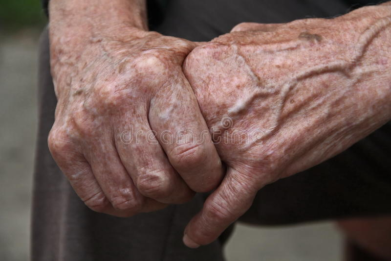 Oude mensenhanden stock afbeelding