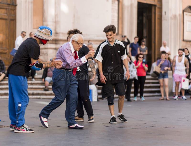 Oude mensenstraat die in openbaar Rome/Italië Mei 2017 dansen stock foto