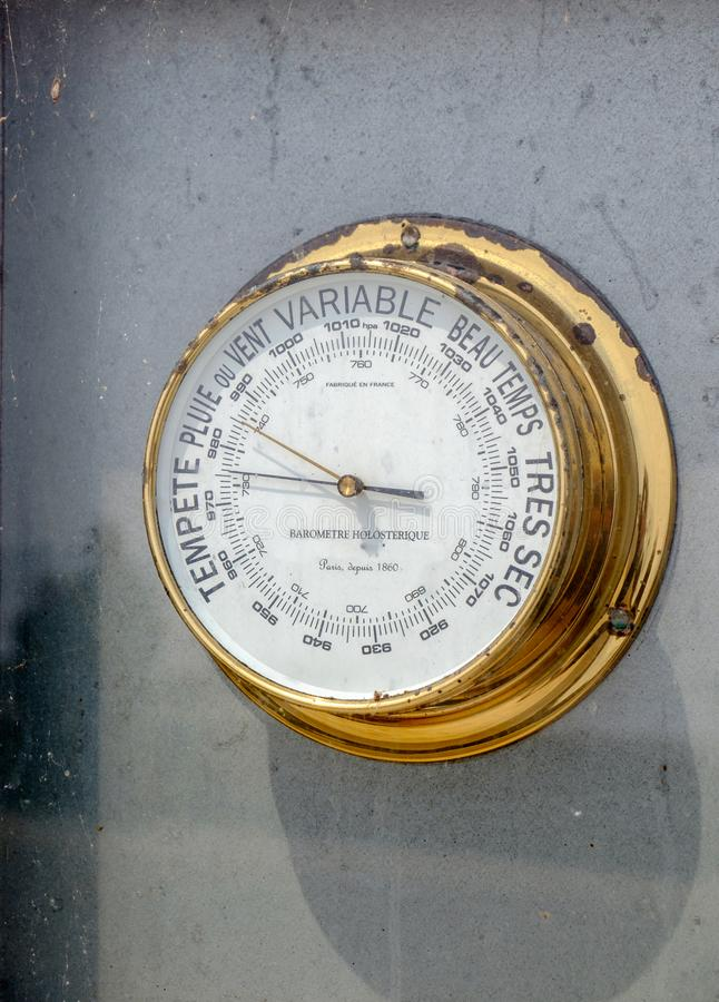 Oude messings Franse barometer die onweer tonen stock foto's