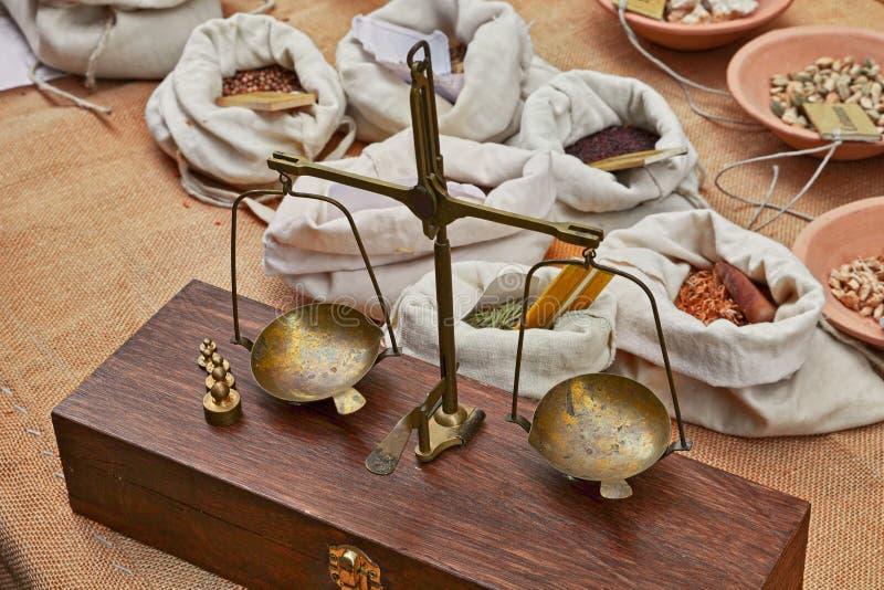 Oude messingsschalen om kruiden en kruiden in oude kruidenierswinkel te wegen royalty-vrije stock afbeeldingen