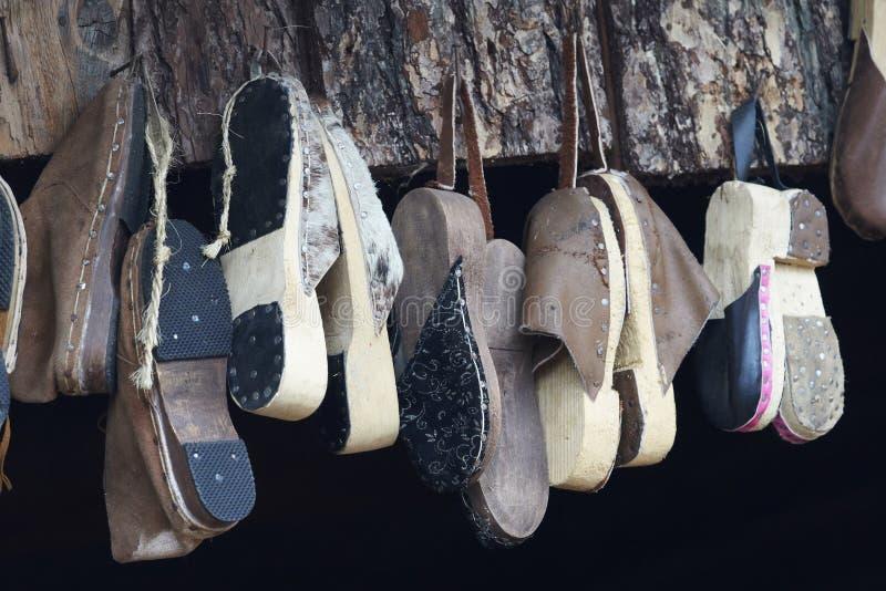 Oude met de hand gemaakte hangende schoenen royalty-vrije stock afbeeldingen