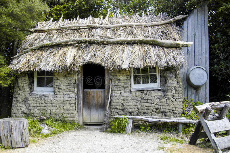 Oude Met stro bedekte Workmans-Hut stock afbeelding
