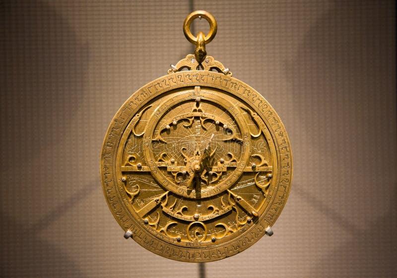 Oude metaal Arabische astrolabe dichte omhooggaand stock fotografie