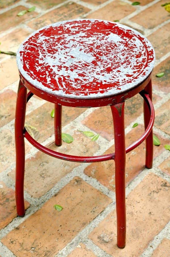 Oude metaal rode stoel stock foto's