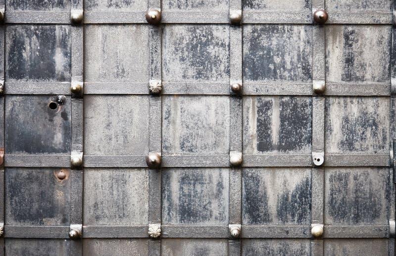 Oude metaal vervaardigde deurclose-up royalty-vrije stock afbeeldingen