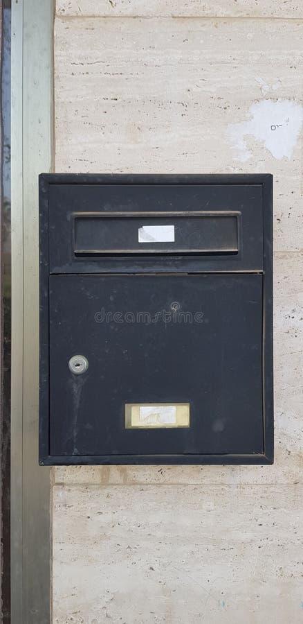 Oude metaal zwarte die brievenbus met een sleutel wordt gesloten royalty-vrije stock afbeelding