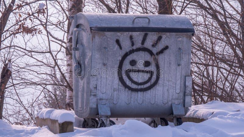 Oude metaalcontainer met gelukkige emoji op het stock afbeeldingen