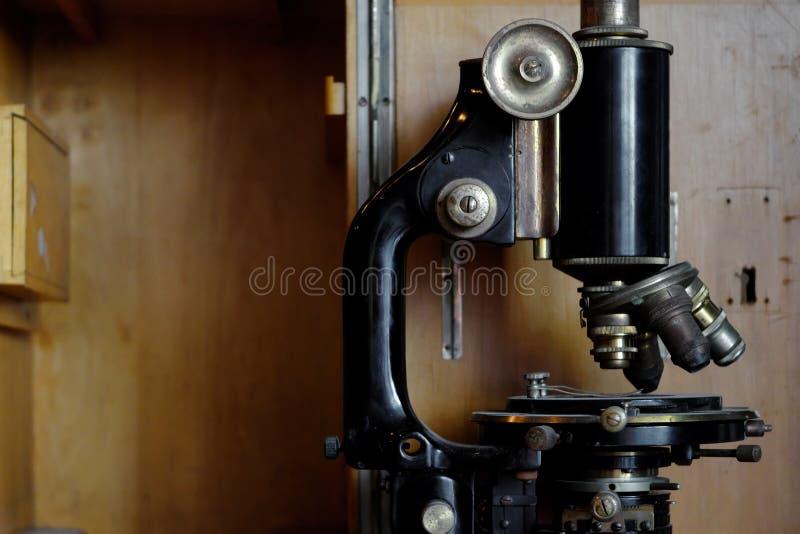 Oude Microscoop dichte omhooggaand royalty-vrije stock afbeelding