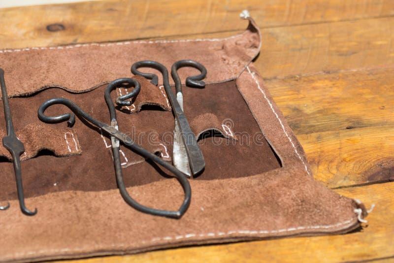 Oude middeleeuwse chirurgie artsenhulpmiddelen royalty-vrije stock foto's