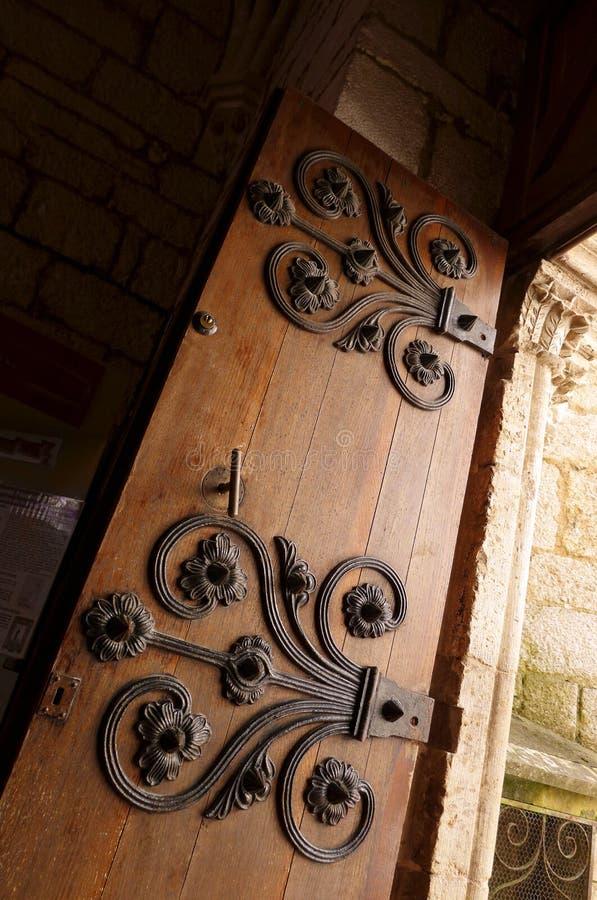 Oude middeleeuwse deur, ijzerdeco stock afbeelding