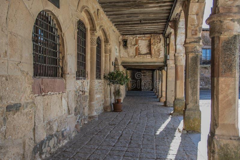 Oude middeleeuwse galerij die het belangrijkste vierkant van de stad van Medinaceli omringen Soria Castilla en Leon Spain royalty-vrije stock afbeeldingen