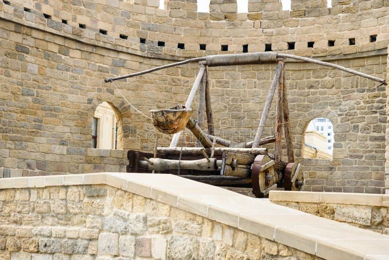 Oude middeleeuwse katapult bij toren van vesting in Oude Stad, Baku stock afbeelding