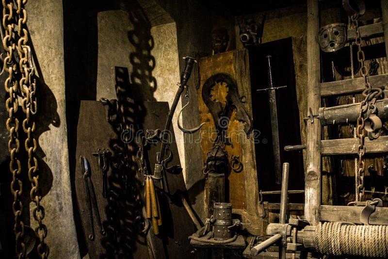 Oude middeleeuwse martelingskamer met vele pijnhulpmiddelen stock afbeeldingen