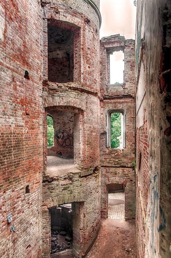 Oude Middeleeuwse ruïnes van het rode Kasteel van baksteenkruisvaarders royalty-vrije stock afbeelding