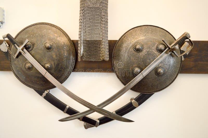 Oude oude middeleeuwse scherpe gevaarlijke gevecht gevangen zwaarden, sab stock foto's
