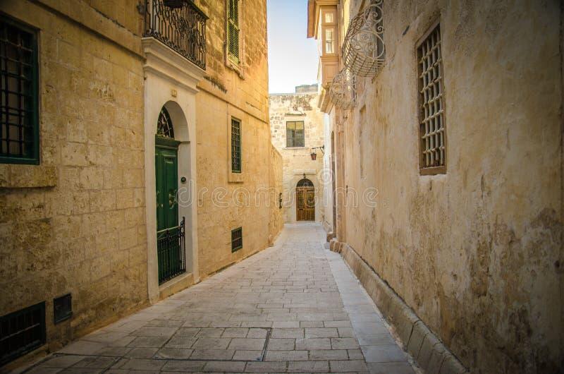 Oude middeleeuwse smalle straten en gebouwen in Imdina, Malta stock foto's
