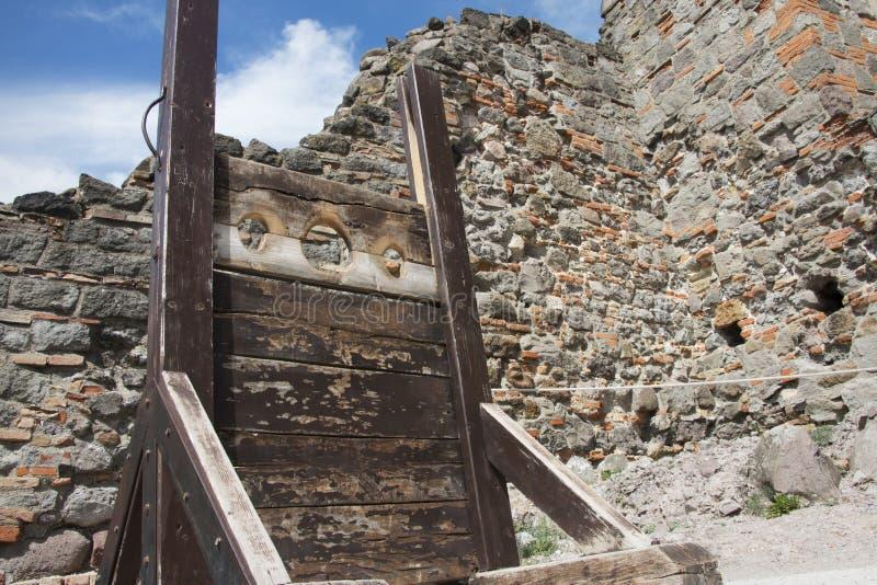 Oude middeleeuwse voorraden op een kasteel, laag hoekschot royalty-vrije stock afbeeldingen