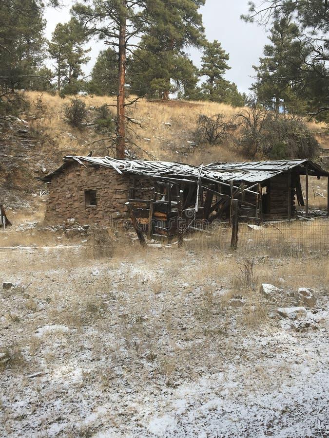 Oude mijnbouwcabine in de bergen royalty-vrije stock foto