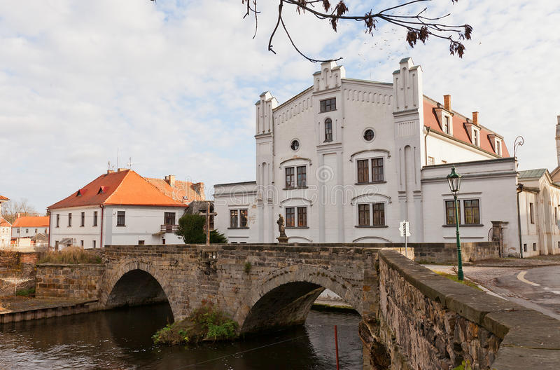 Oude molen en steenbrug in Brandys-nad Labem, Tsjechische Republiek stock fotografie