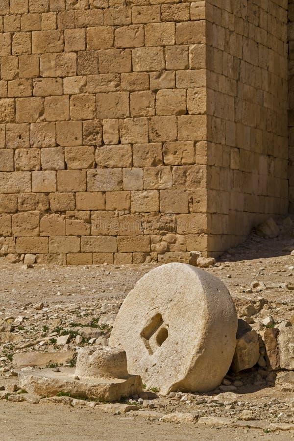 Oude Molensteen in de Ruïnes van Ein Avdat in Negev-woestijn, Israël stock foto's