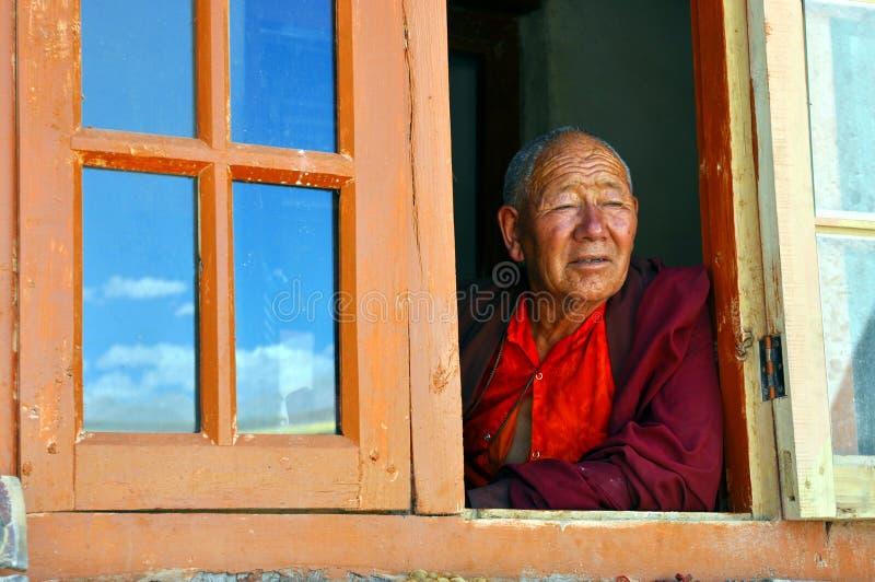 Oude monnik bij het venster in Ladakh (India) royalty-vrije stock foto's